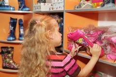 Kleines Mädchen in einem Schuhspeicher Lizenzfreie Stockfotos