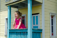 kleines Mädchen in einem Spielhaus Stockbild