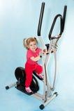 Kleines Mädchen in einem Sportsimulator. Stockfoto