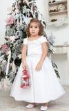 Kleines Mädchen in einem weißen Kleid Stockbild