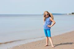Kleines Mädchen in einer gestreiften Weste und in einem Hut Stockbilder