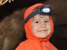 Kleines Mädchen in einer Höhle Lizenzfreies Stockbild