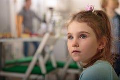 Kleines Mädchen in einer Küche Lizenzfreies Stockbild