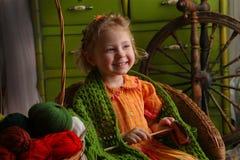 Kleines Mädchen in einer rustikalen Art Lizenzfreies Stockfoto