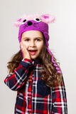 Kleines Mädchen in einer Schutzkappe Lizenzfreie Stockfotos