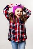 Kleines Mädchen in einer Schutzkappe Stockfoto