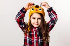 Kleines Mädchen in einer Schutzkappe Stockfotografie