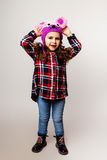 Kleines Mädchen in einer Schutzkappe Stockfotos