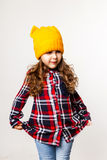 Kleines Mädchen in einer Schutzkappe Lizenzfreie Stockfotografie