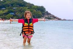Kleines Mädchen in einer Schwimmweste auf den Ufern stockbild