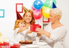 Kleines Mädchen empfangen Geschenk von der Großmutter Lizenzfreies Stockfoto