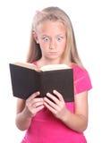 Kleines Mädchen entsetzt über Buch Stockfoto