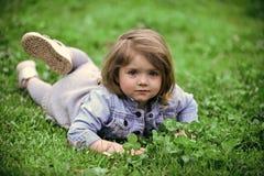 Kleines Mädchen entspannen sich am Frühlings- oder Sommertag im Freien Lizenzfreie Stockbilder