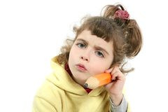 Kleines Mädchen ernst mit großem Bleistift in der Hand Stockfotos
