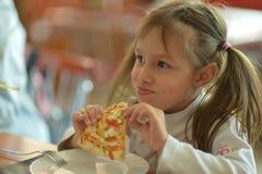 Kleines Mädchen-Essen Stockbild