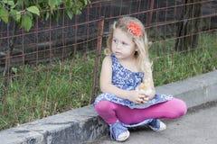 Kleines Mädchen-Essen Stockfoto