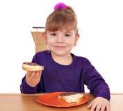 Kleines Mädchen essen Brot mit Schokolade lizenzfreie stockbilder
