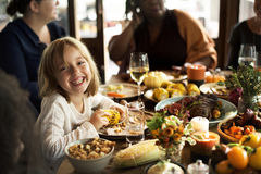 Kleines Mädchen-Essenmais-Danksagungs-Feier-Konzept lizenzfreie stockfotografie