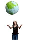 Kleines Mädchen fängt die Welt ab Stockbild