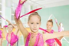 Kleines Mädchen führen Turnerübung in der Gruppe durch Lizenzfreie Stockbilder
