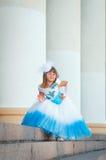 Kleines Mädchen Fashionista in einem Abendkleid ist stehende nahe Kolonnade lizenzfreies stockfoto