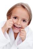 Kleines Mädchen flossing stockfotografie