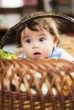 Kleines Mädchen freut sich am festlichen Korb lizenzfreie stockfotos