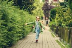 Kleines Mädchen gehen nach Hause von der Schule stockbild