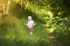 Kleines Mädchen geht morgens Sonne Lizenzfreies Stockfoto