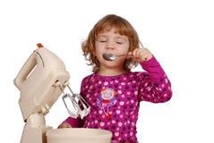 Kleines Mädchen genießen in der süßen Sahne Lizenzfreie Stockfotografie