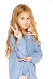 Kleines Mädchen gibt ein Friedenszeichen stockfoto