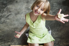 Kleines Mädchen-Glück-Adoleszenz-nettes Konzept stockfotos