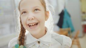 Kleines Mädchen haben lustiges und das Lächeln Stockbild