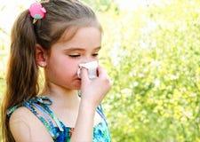 Kleines Mädchen hat die Allergie, zu entspringen blühend und ihre Nr. durchbrennend stockfoto