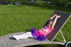 Kleines Mädchen hat ein sunbath lizenzfreie stockfotos