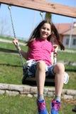 Kleines Mädchen hat Spaß auf dem Schwingen Stockfotografie