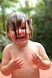 Kleines Mädchen havig Spaß im Garten Stockbilder