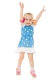 Kleines Mädchen hob ihre Hände oben an Stockbilder