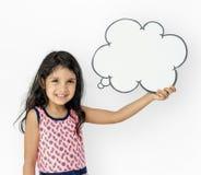 Kleines Mädchen-Holding-Chat-Kasten-Lächeln entzückend lizenzfreie stockfotos