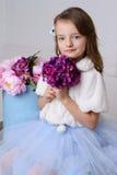 Kleines Mädchen an ihrem Haus Stockfotos
