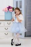 Kleines Mädchen an ihrem Haus Lizenzfreie Stockfotos