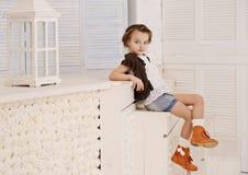 Kleines Mädchen an ihrem Haus Lizenzfreie Stockbilder