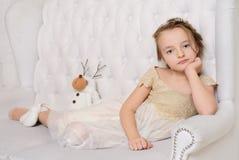 Kleines Mädchen an ihrem Haus Lizenzfreies Stockfoto