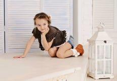 Kleines Mädchen an ihrem Haus Lizenzfreie Stockfotografie