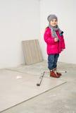 Kleines Mädchen in ihrem zukünftigen Raum Stockbilder