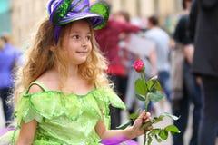 Kleines Mädchen im Abendkleid mit einer Rose am Feiertag Lizenzfreie Stockbilder