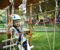 Kleines Mädchen im Abenteuerpark Stockfoto