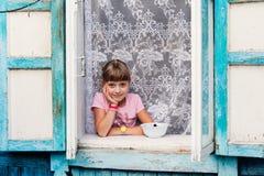 Kleines Mädchen im alten russischen Häuschen Lizenzfreies Stockfoto