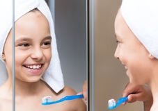 Kleines Mädchen im Badezimmer Stockbild