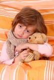 Kleines Mädchen im Bett Stockbilder